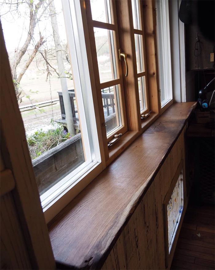 窓の手前にアンティークオークのカウンター