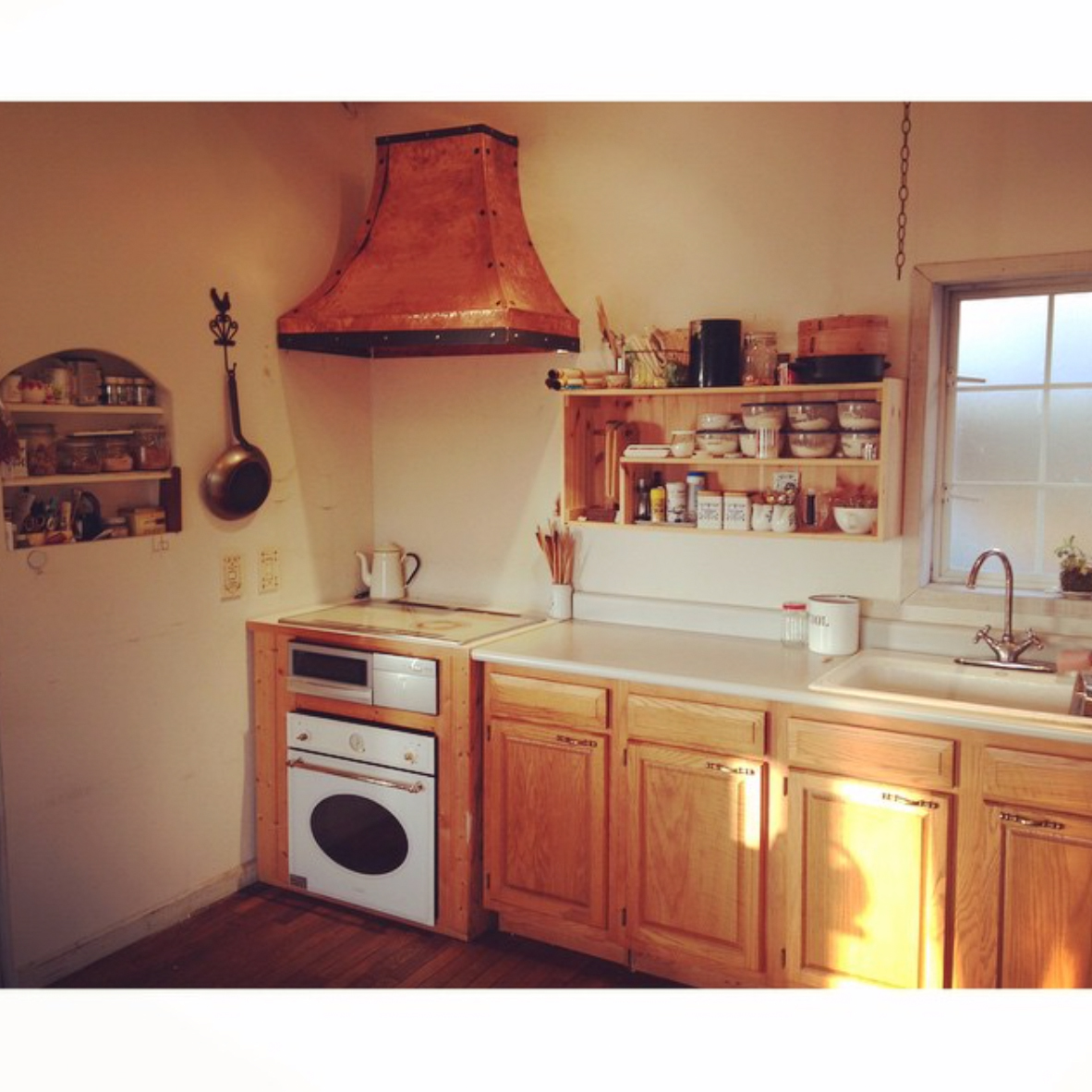 ピカピカのレンジフードのあるキッチン