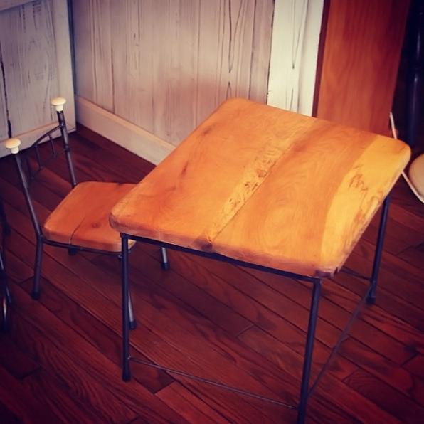 子供用のテーブルと椅子