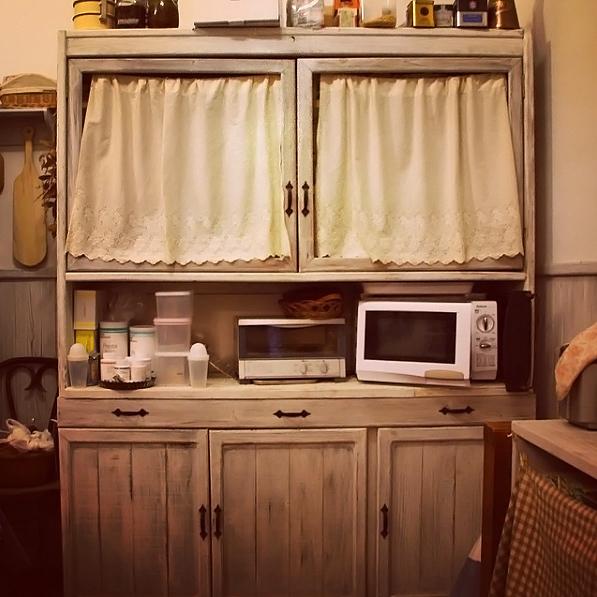 エイジング加工した板で食器棚