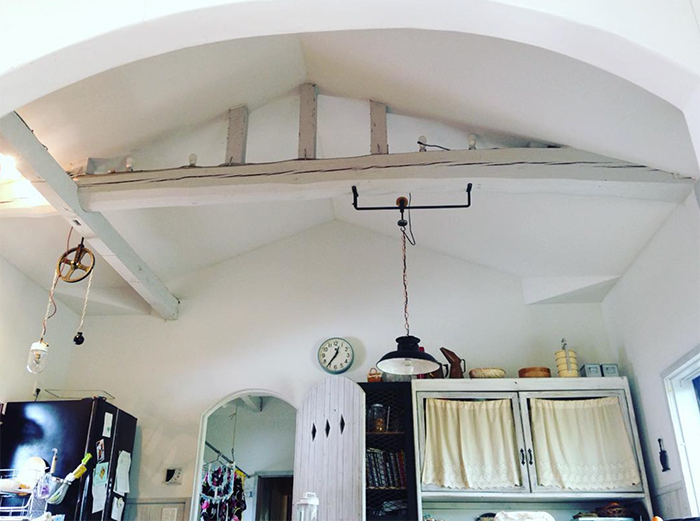 天井はずして梁を見せてます